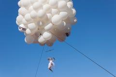 Tänzer führt das Hängen von den Ballonen am Farblauf 2014 in Mailand, Italien durch Stockbilder
