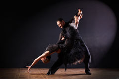 Tänzer im Ballsaal lokalisiert auf schwarzem Hintergrund Stockbild