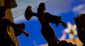 Tänzer im Schaukasten zur Straße lizenzfreies stockfoto