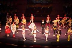 Tänzer am Konzert Gennady Ledyakh der Schule Stockfotos