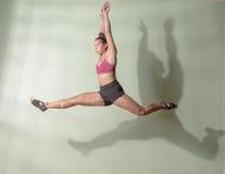 Tänzer Leaping Mid Air Stockfotos