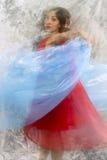 Tänzer mit dem blauen Gewebe, verwischt in der langen Belichtung Stockbilder