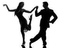 Paarmannfrauen-Ballsaaltänzer, die Schattenbild tangoing sind stockbilder