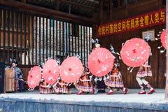 Tänzer mit Regenschirmen in Dong Culture Show Stockfoto