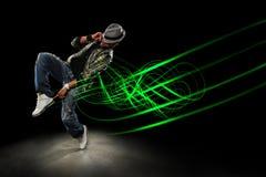 Tänzer mit Wellen der Leuchte über schwarzem Hintergrund Lizenzfreies Stockfoto