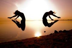 Tänzer springen lizenzfreie stockfotografie