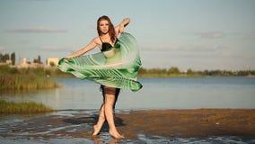 Tänzerin auf Flussbank stock footage