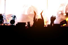 Tänzerin auf Schultern in der Menge an einem Musikfestival stockfoto