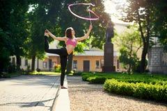 Tänzerin mit einem Band im Stadtpark Lizenzfreies Stockbild