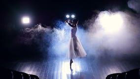 Tänzerin ` s Schattenbild, das am Stadium durchführt Langsame Bewegung HD stock footage