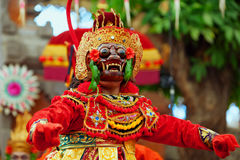 Tänzermann in der traditionellen Balinesekostüm- und -affemaske Lizenzfreie Stockbilder