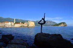 Tänzerskulptur an Budva-Bucht, adriatisches Meer Lizenzfreie Stockfotografie