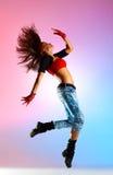 Tänzerspringen der jungen Frau stockbild