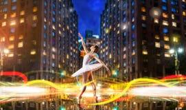 Tänzertanzen des klassischen Balletts auf Stadtstraße Lizenzfreies Stockfoto