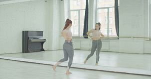 Tänzertrainingsbewegungen des modernen Tanzes im Studio stock video footage