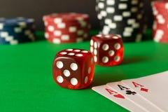 Tärna, pokerchiper och spelakort på den gröna tabellen abstrakt lekillustration för begrepp 3d Lekar av riskerar royaltyfri fotografi