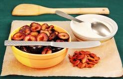 Tärnad plommonfrukt med socker. Arkivbild