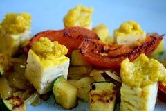 Tärnad tempeh med currydeg, zuccini och peppar arkivfoton