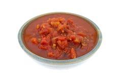 Tärnade tomater med jalapenopeppar i bunke Royaltyfria Bilder