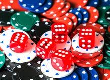 Tärnar chiper för poker för kasinobakgrundskasino arkivfoto