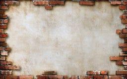 Tärnar den gamla urblekta vita väggen för abstrakt grungebakgrund, ram av brunt tappningtegelstenar, i mitt av ett tomt utrymme f Arkivfoto