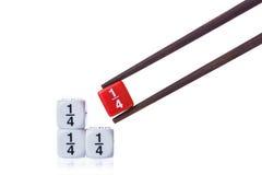 Tärnar den vita bråkdelen för fjärdedel tre på den vita tabellen och röd quarte Arkivbilder