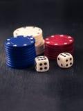 Tärnar och buntar av pokerchiper Arkivfoton
