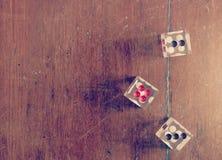 Tärnar på träsignal för tabelltappningfärg Royaltyfria Bilder