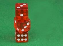Tärnar röd kasino tre på den gröna torkduken Begreppet av online-dobblerit Kopiera utrymme för text arkivfoto