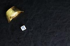 Tärning och kinesisk guld Arkivfoto