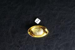 Tärning och kinesisk guld Fotografering för Bildbyråer