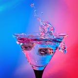 Tärning och martini Arkivfoto