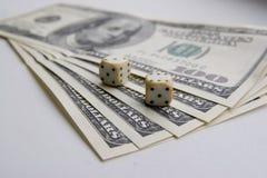 Tärning och pengar Arkivfoto