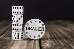 Tärning på den Wood tabellen för tappning - kasinoåterförsäljarechip royaltyfria foton