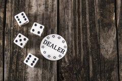 Tärning på den Wood tabellen för tappning - kasinoåterförsäljarechip arkivbilder