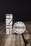 Tärning på den Wood tabellen för tappning - kasinoåterförsäljarechip Arkivfoton