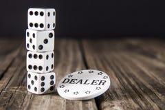 Tärning på den Wood tabellen för tappning - kasinoåterförsäljarechip royaltyfri bild