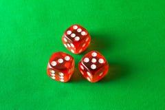 Tärning på en grön bakgrund abstrakt lekillustration för begrepp 3d Lekar av riskerar Arkivbild