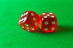 Tärning på en grön bakgrund abstrakt lekillustration för begrepp 3d Lekar av riskerar Arkivfoto