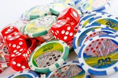 Tärningen och poker gå i flisor Fotografering för Bildbyråer