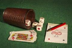 Tärningkopp med däckkort Royaltyfri Fotografi