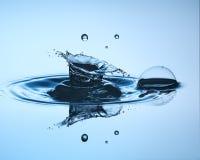 tät droppe upp vatten Vattenskulptur Arkivbild