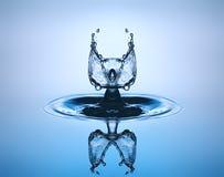 tät droppe upp vatten Vattenskulptur royaltyfri fotografi