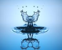 tät droppe upp vatten Vattenskulptur royaltyfria foton