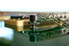 tät elektrisk grön gitarr upp royaltyfria bilder