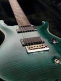 tät elektrisk grön gitarr upp arkivfoto