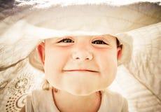 tät flicka little stående som ler upp Royaltyfria Foton