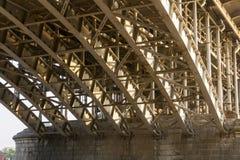 tät fotostruktur för bro upp Stålram av bron Fotografering för Bildbyråer