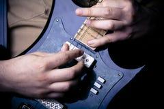 tät gitarr som leker upp Arkivfoton