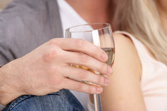 tät glass hand som upp rymmer vit wine Royaltyfri Foto